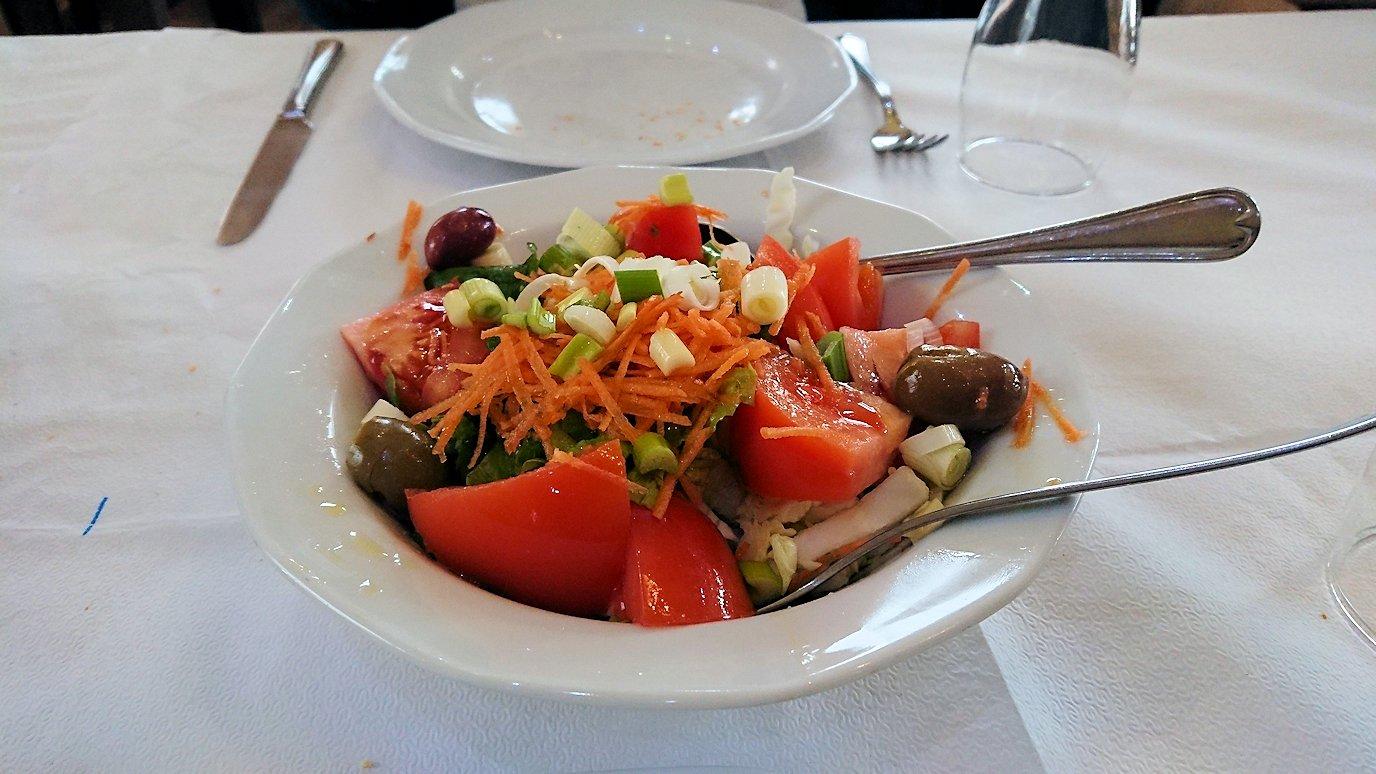 ギリシャのディアコフトのレストランのサラダ