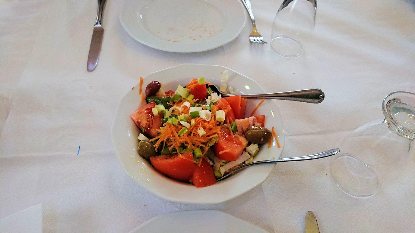 ギリシャのディアコフトのレストランのサラダ2