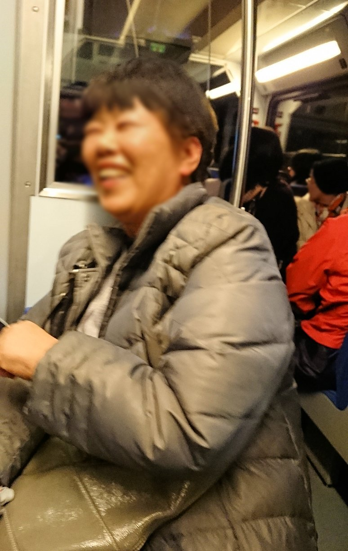 オドンドトス登山鉄道列車内で楽しそうなオバサマ2