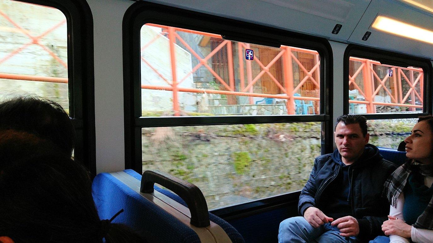 オドンドトス登山鉄道列車に乗って途中のザフロルー駅を通過する風景8