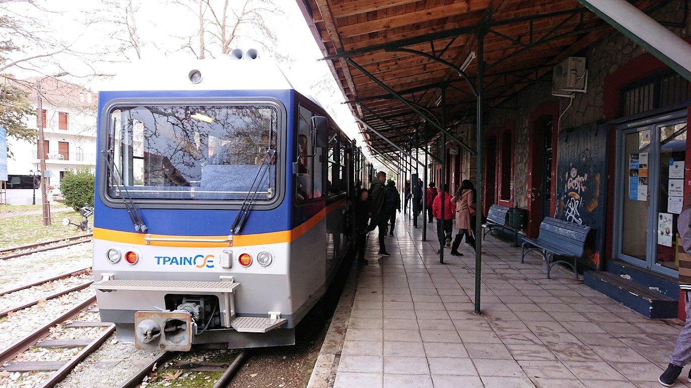 オドンドトス登山鉄道列車に乗ってカラヴリタに到着