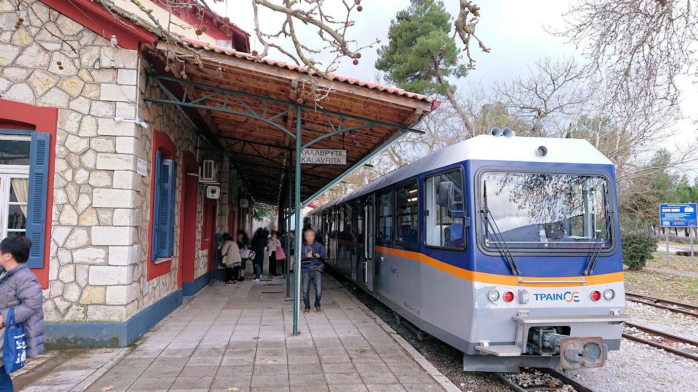 オドンドトス登山鉄道列車に乗ってカラヴリタに到着し辺りを見回す