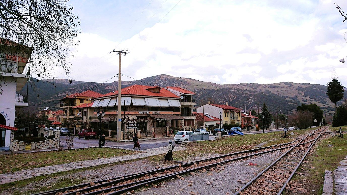オドンドトス登山鉄道列車に乗ってカラヴリタに到着し辺りを見回す2