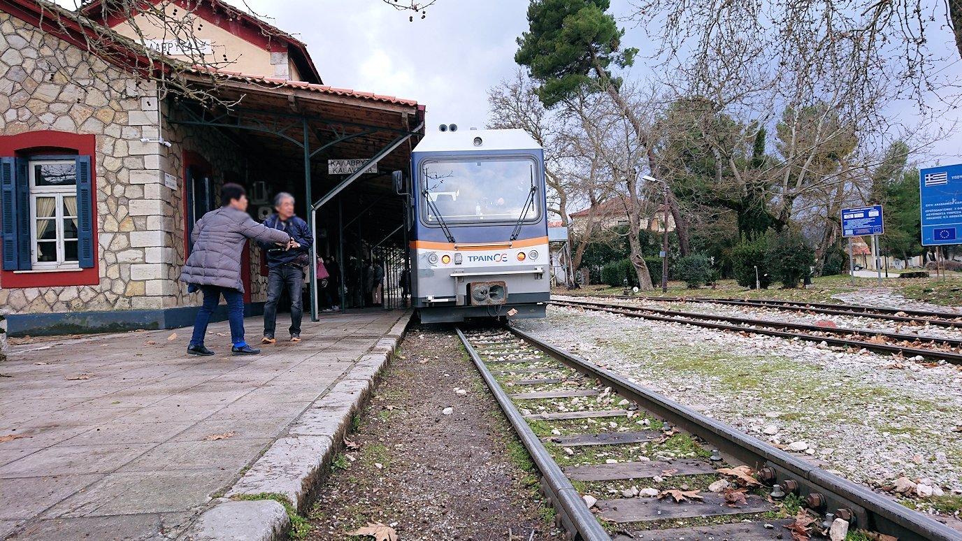 オドンドトス登山鉄道列車に乗ってカラヴリタに到着し辺りを見回す3