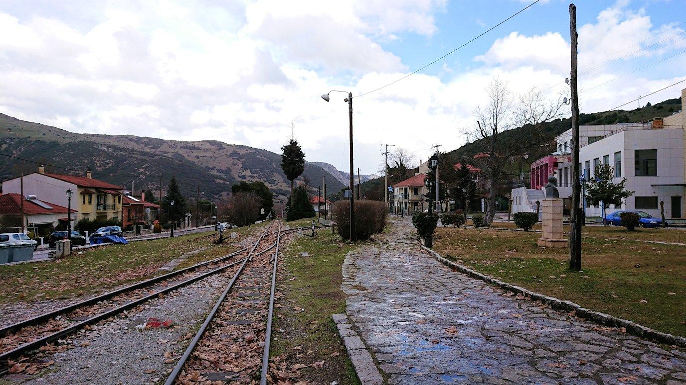 オドンドトス登山鉄道列車に乗ってカラヴリタに到着し辺りを見回す4