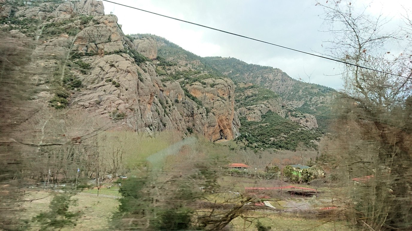 オドンドトス登山鉄道列車に乗ってカラヴリタの街並み10
