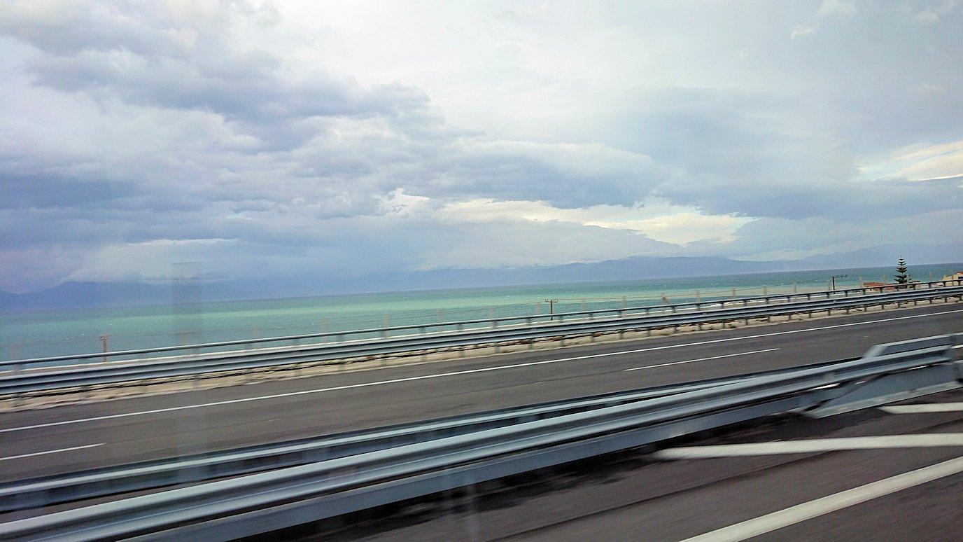 カラヴリタ街からアテネに向けてバスで移動しり道中の景色4