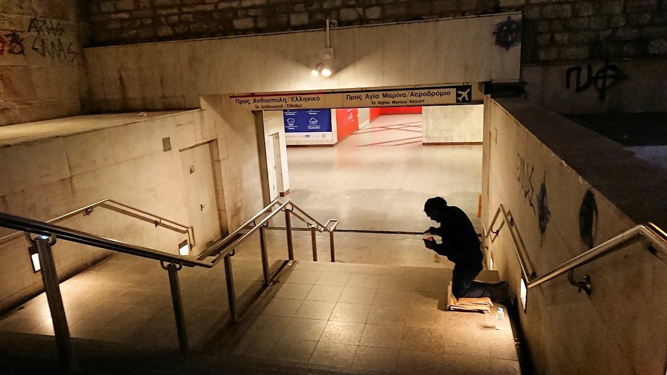 深夜のシンタグマ広場でメトロに向かう2