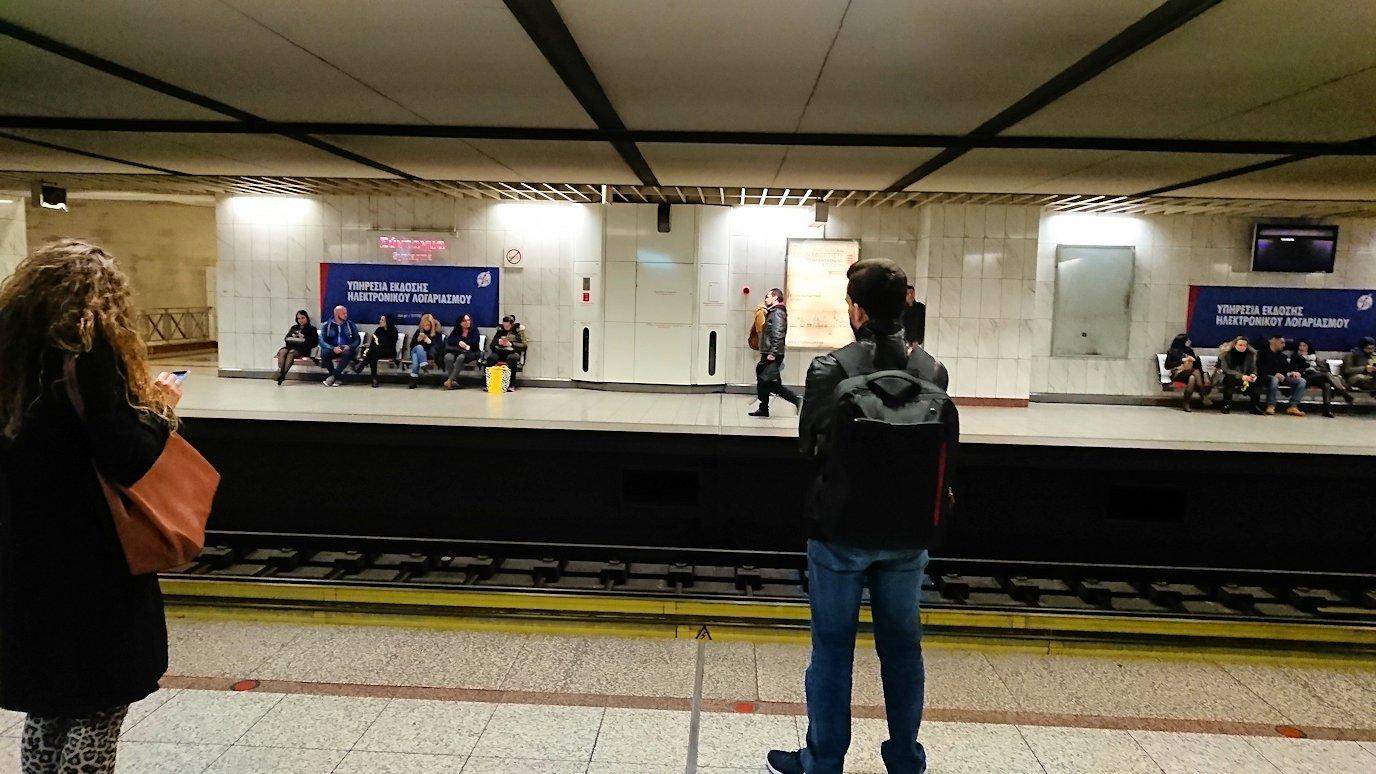 深夜のシンタグマ広場で地下鉄に乗り込む4