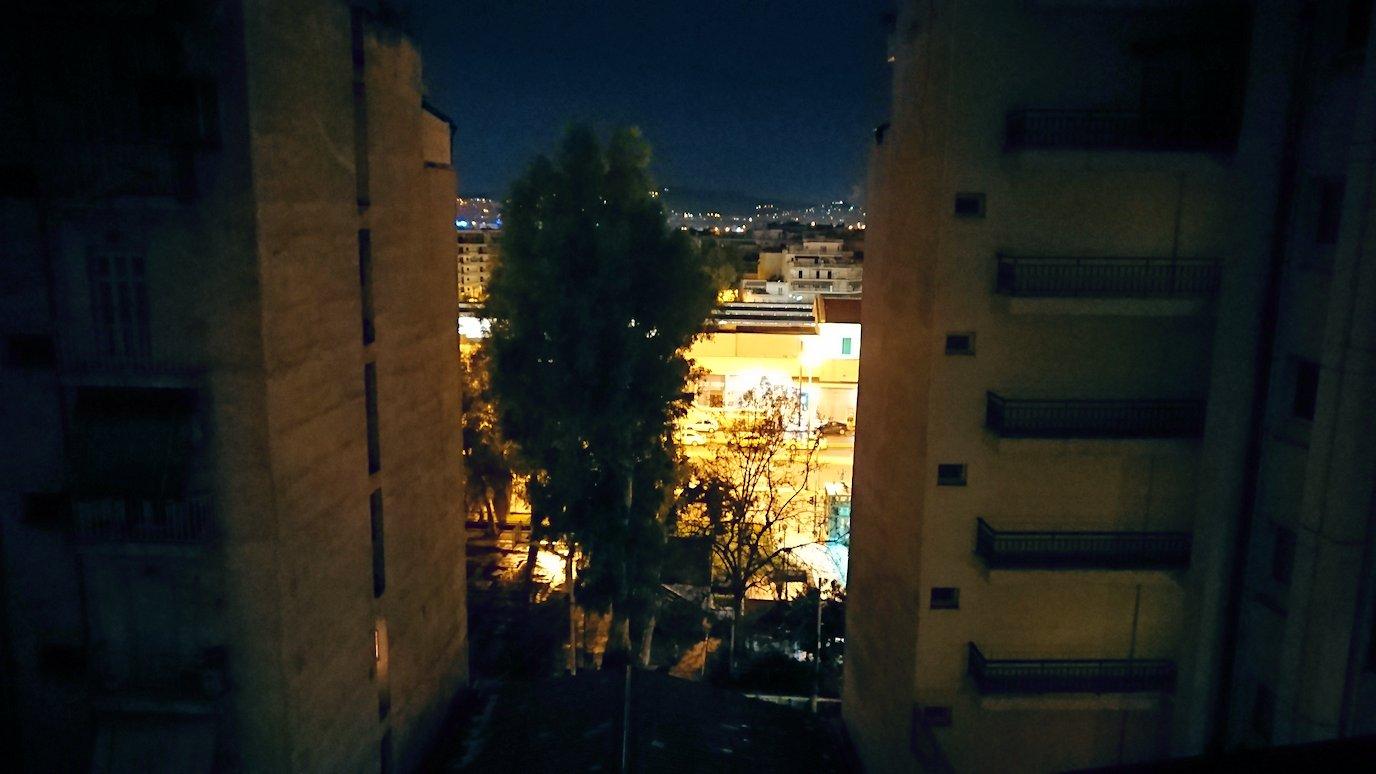 アテネのホテルから外を見る