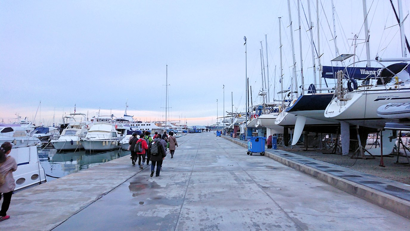 エーゲ海クルーズ船が停まっている波止場に到着し船に向かう4