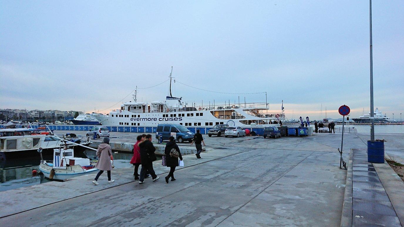 エーゲ海クルーズ船が停まっている波止場に到着し船に向かう5