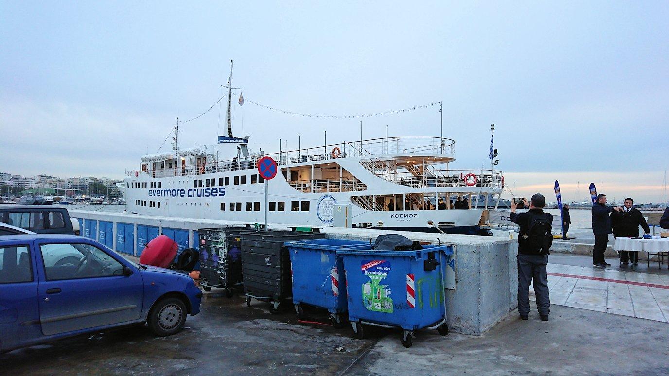 エーゲ海クルーズ船が停まっている波止場に到着しクルーズ船に船に辿り着く