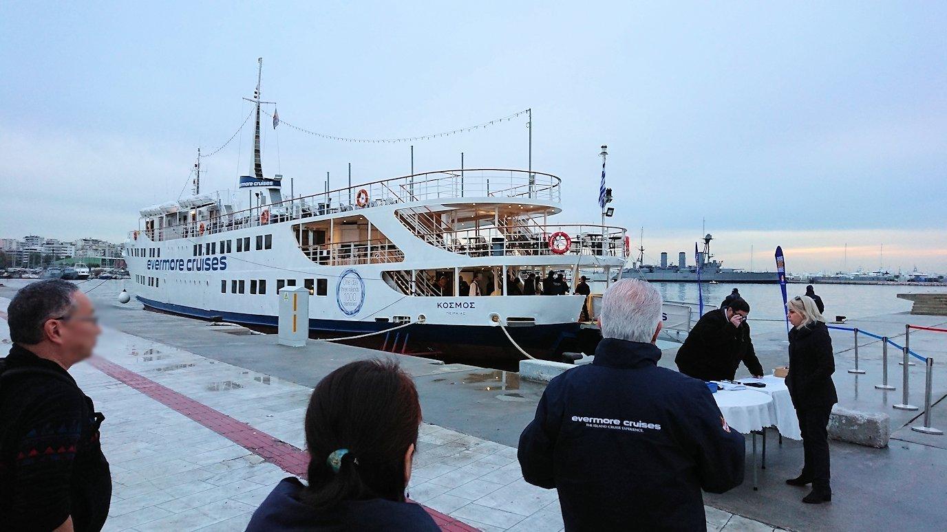 エーゲ海クルーズ船が停まっている波止場に到着しクルーズ船に船に辿り着く2
