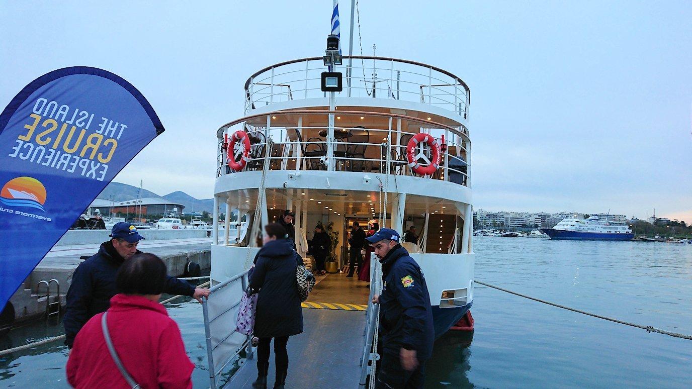エーゲ海クルーズ船が停まっている波止場に到着しクルーズ船に辿り着き船に乗り込む