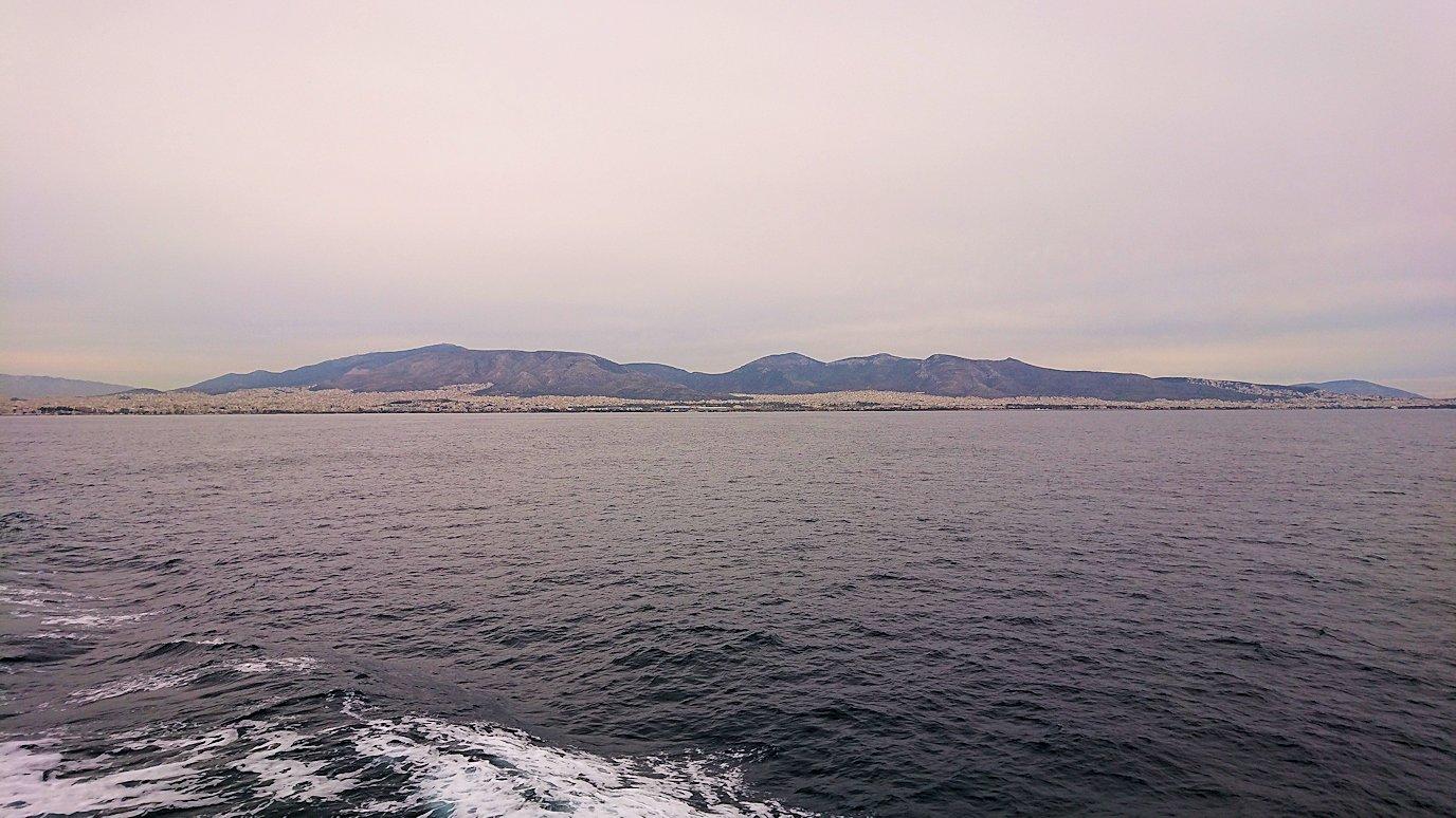 エーゲ海クルーズ船のデッキからエーゲ海を見渡す