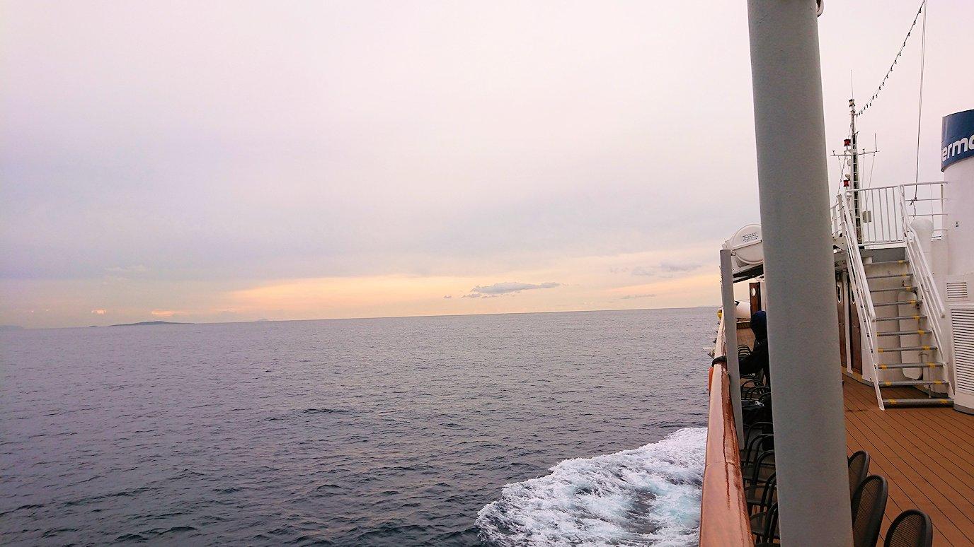 エーゲ海クルーズ船のデッキからエーゲ海を見渡す2