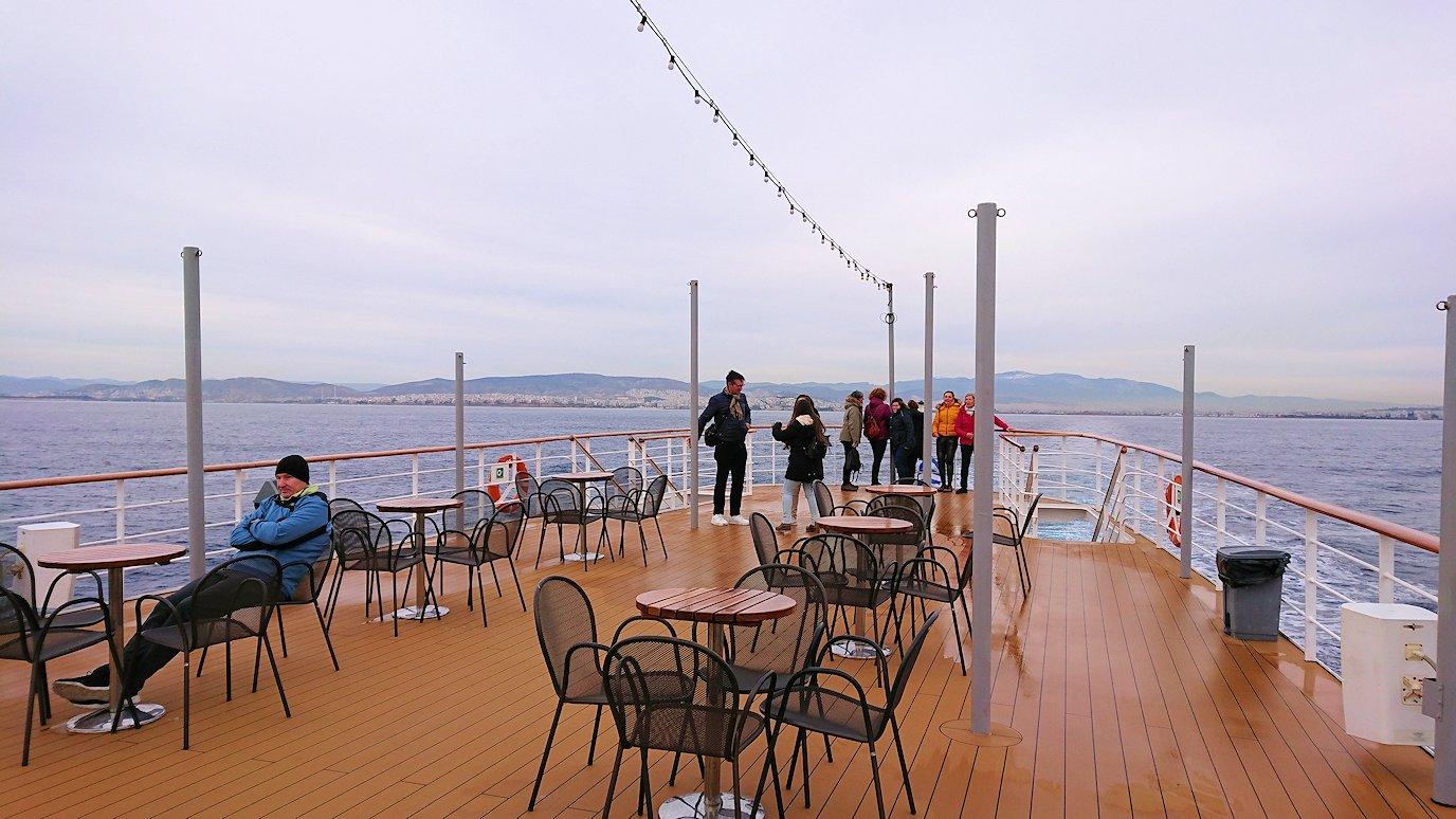 エーゲ海クルーズ船のデッキからエーゲ海を見渡す3