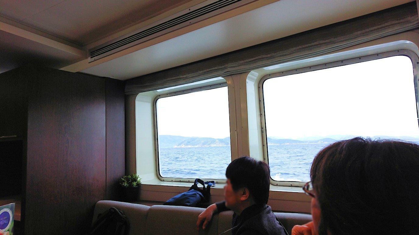 エーゲ海クルーズ船の船内でくつろぐ