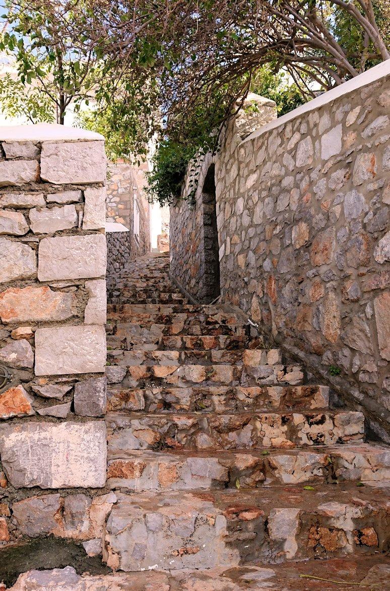 エーゲ海のイドラ島で上に繋がる階段を進む6