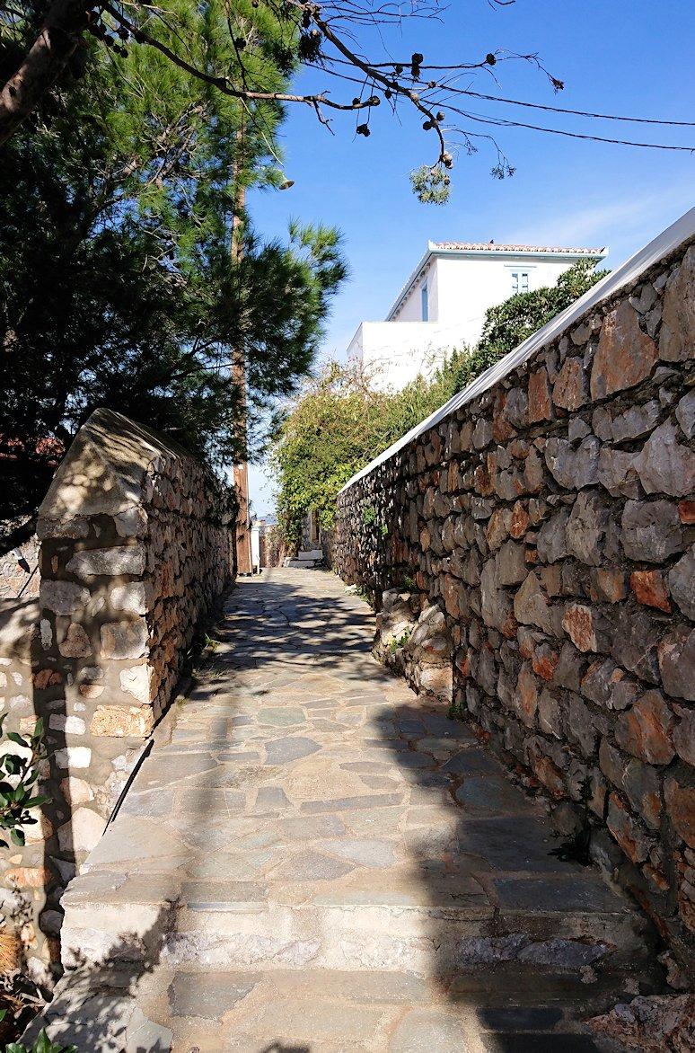 エーゲ海のイドラ島で上に繋がる階段を進む7
