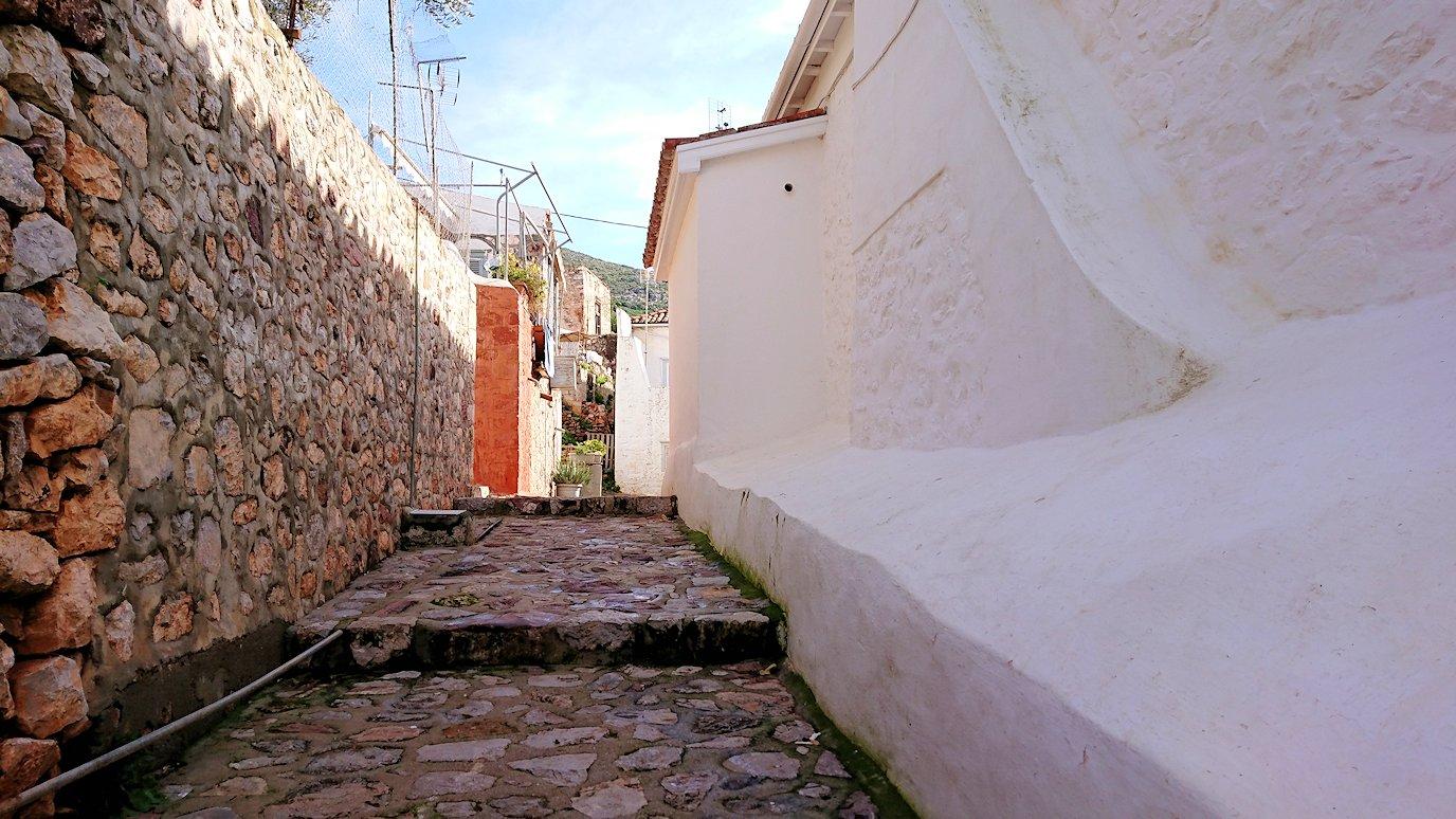 エーゲ海のイドラ島の高台から街に向かう3