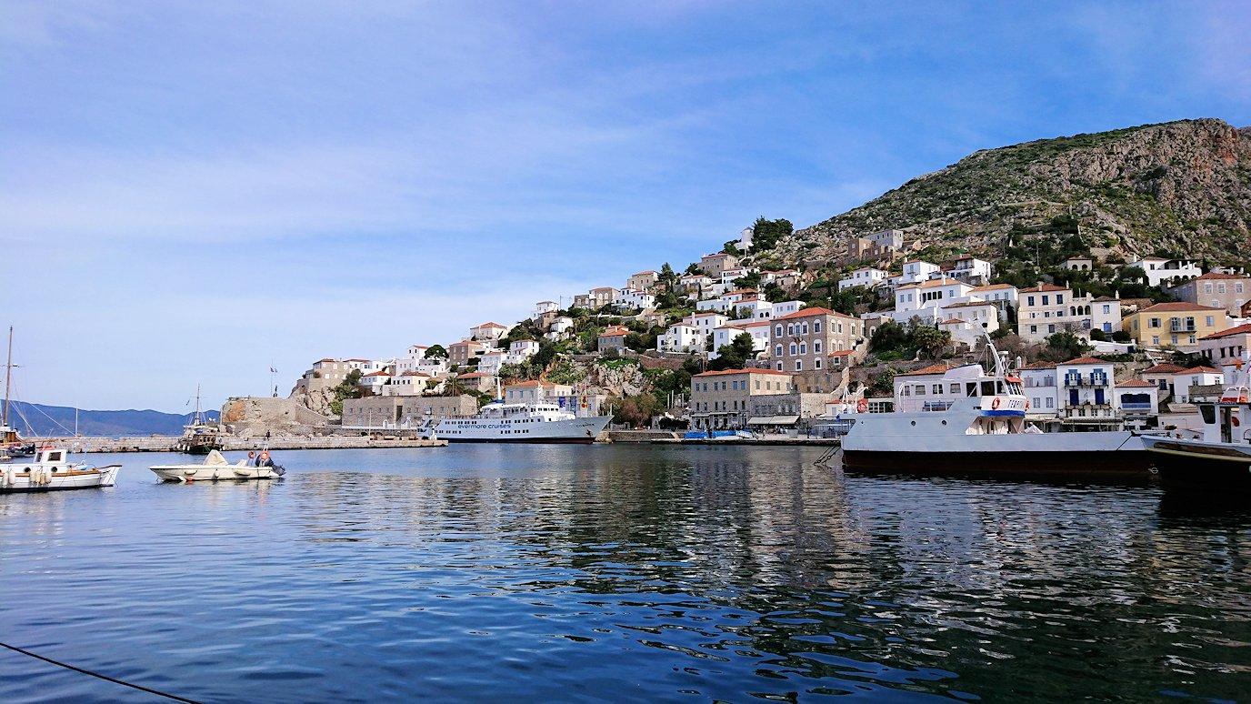 エーゲ海のイドラ島のオシャレな街で港から見回した風景