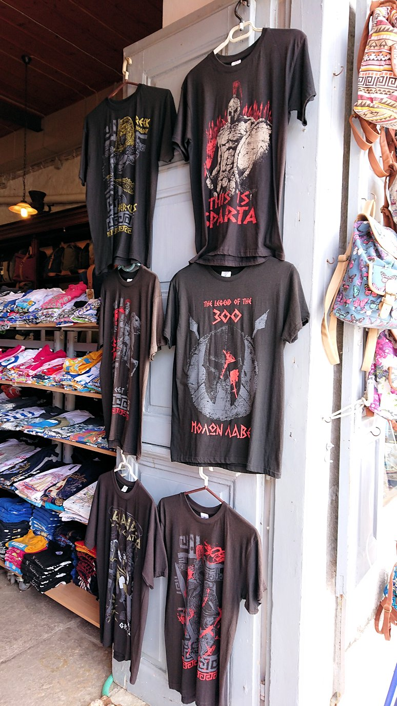 エーゲ海のイドラ島のオシャレな街で港近くの雑貨店に入る