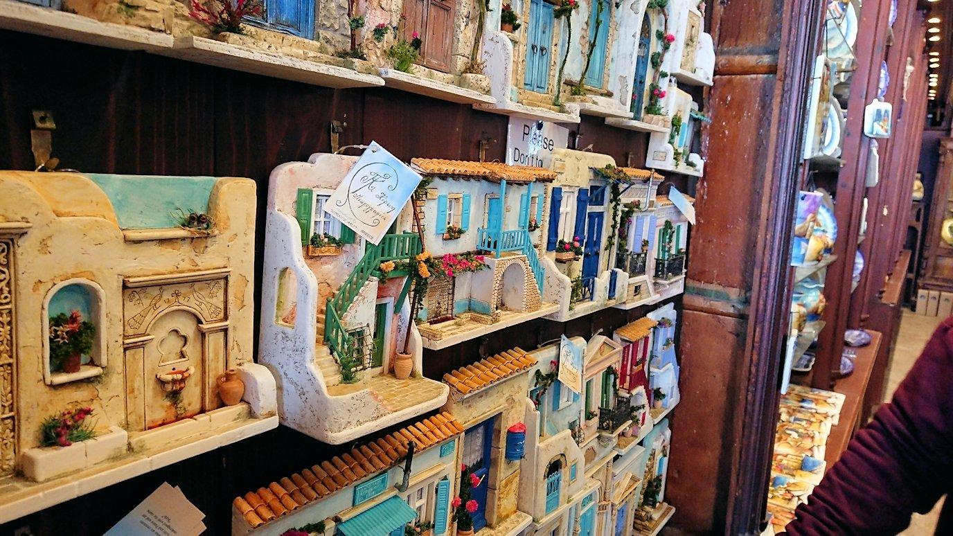 エーゲ海のイドラ島のオシャレな街で港近くの雑貨店の店内の様子3