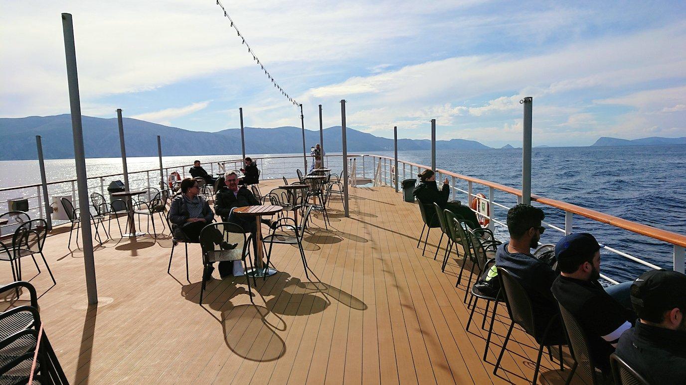 エーゲ海クルーズ船のデッキでのんびり景色を楽しむ
