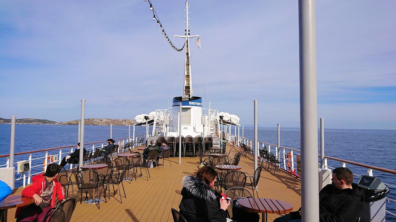 エーゲ海クルーズ船のデッキでのんびり景色を楽しむ2