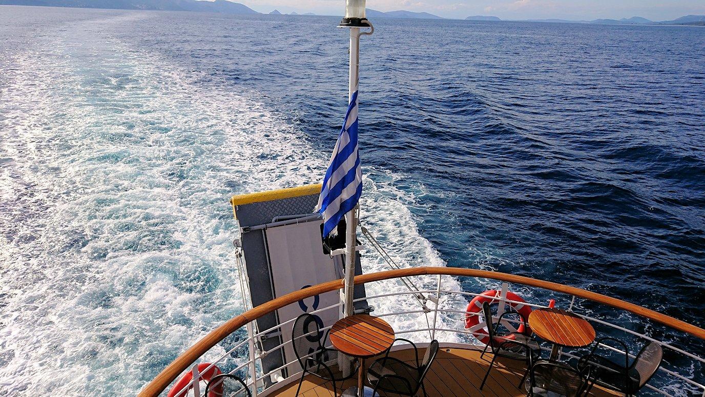 エーゲ海クルーズ船のデッキでのんびり景色を楽しむ3