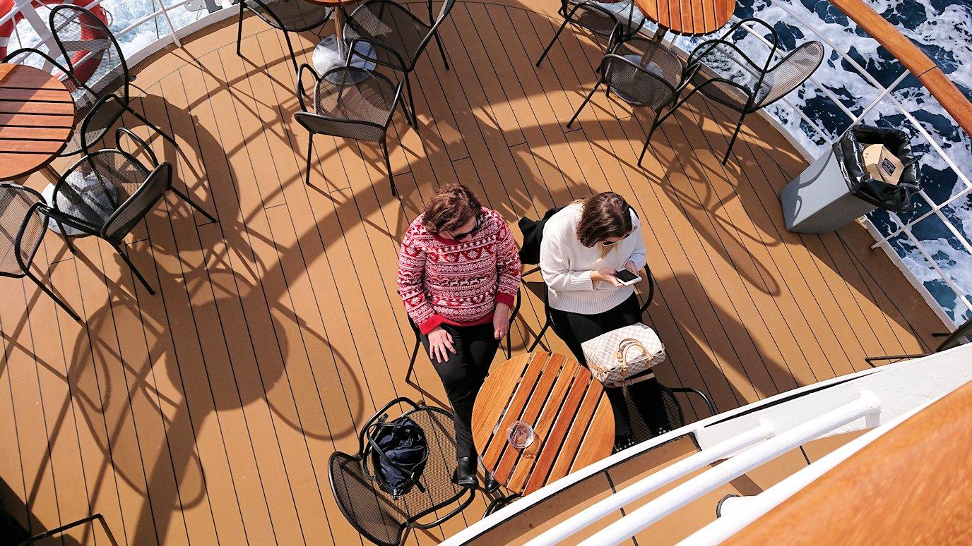 エーゲ海クルーズ船のデッキでのんびり景色を楽しむ4