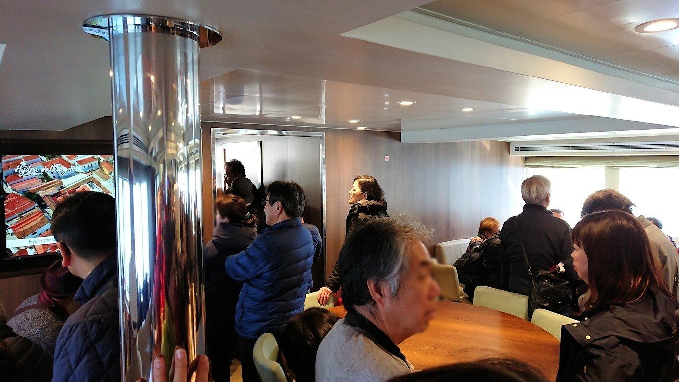 エーゲ海クルーズ船で2つ目のポロス島に到着する