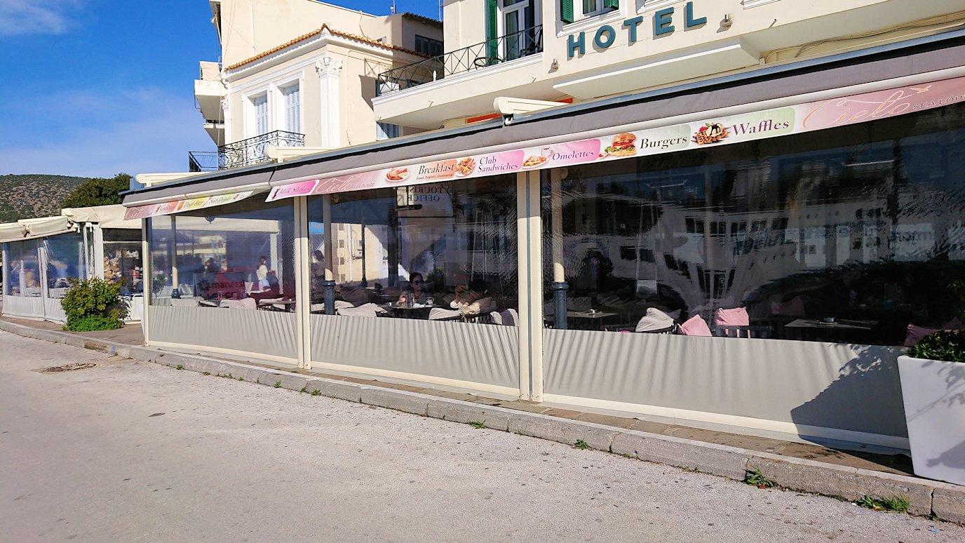 ギリシャのポロス島のカフェのテラス席にて