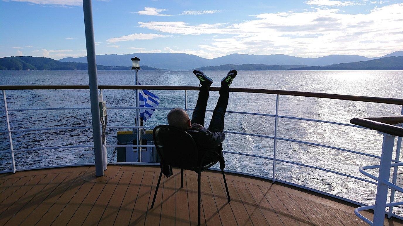 ギリシャのエーゲ海クルーズ船で船尾でリラックスおじさんの様子