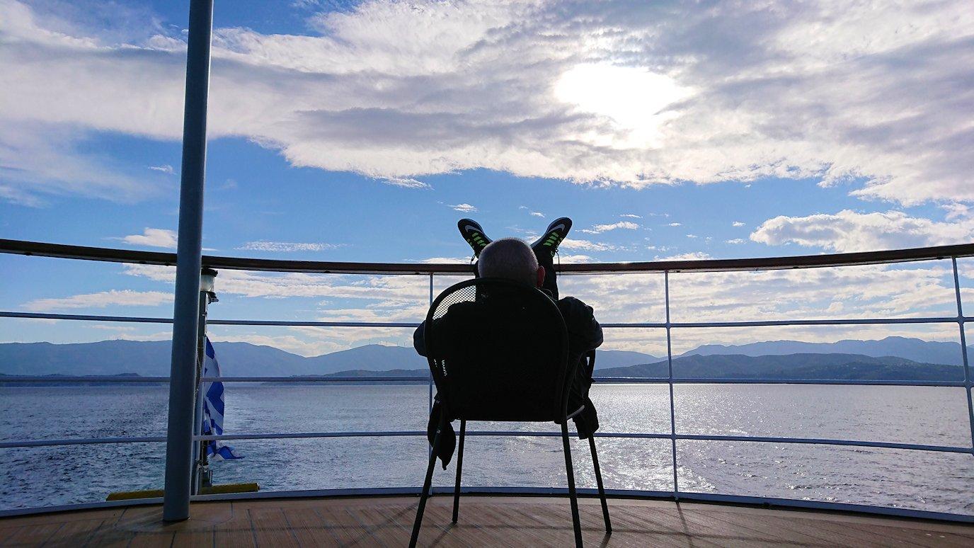 ギリシャのエーゲ海クルーズ船で船尾でリラックスおじさんの様子3