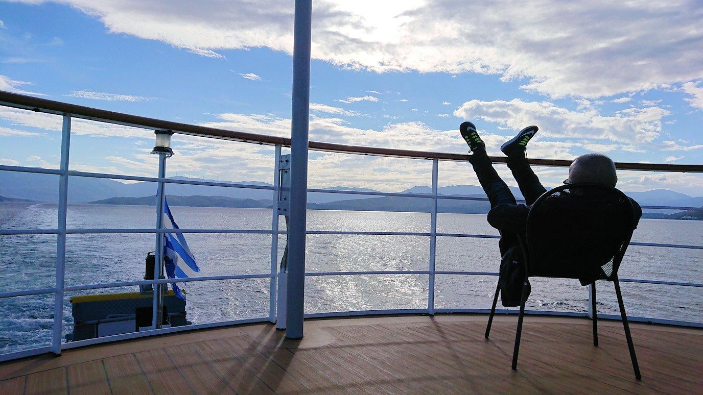 ギリシャのエーゲ海クルーズ船で船尾でリラックスおじさんの様子4