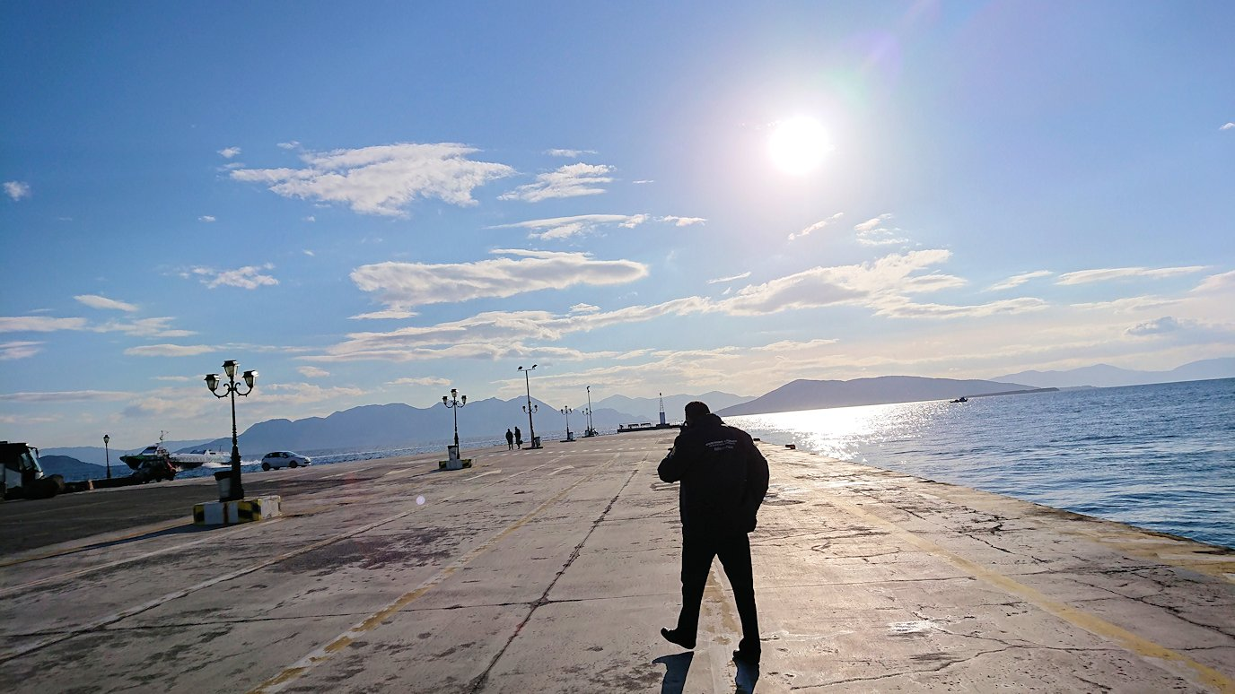 ギリシャのエーゲ海クルーズ船でエギナ島に到着する