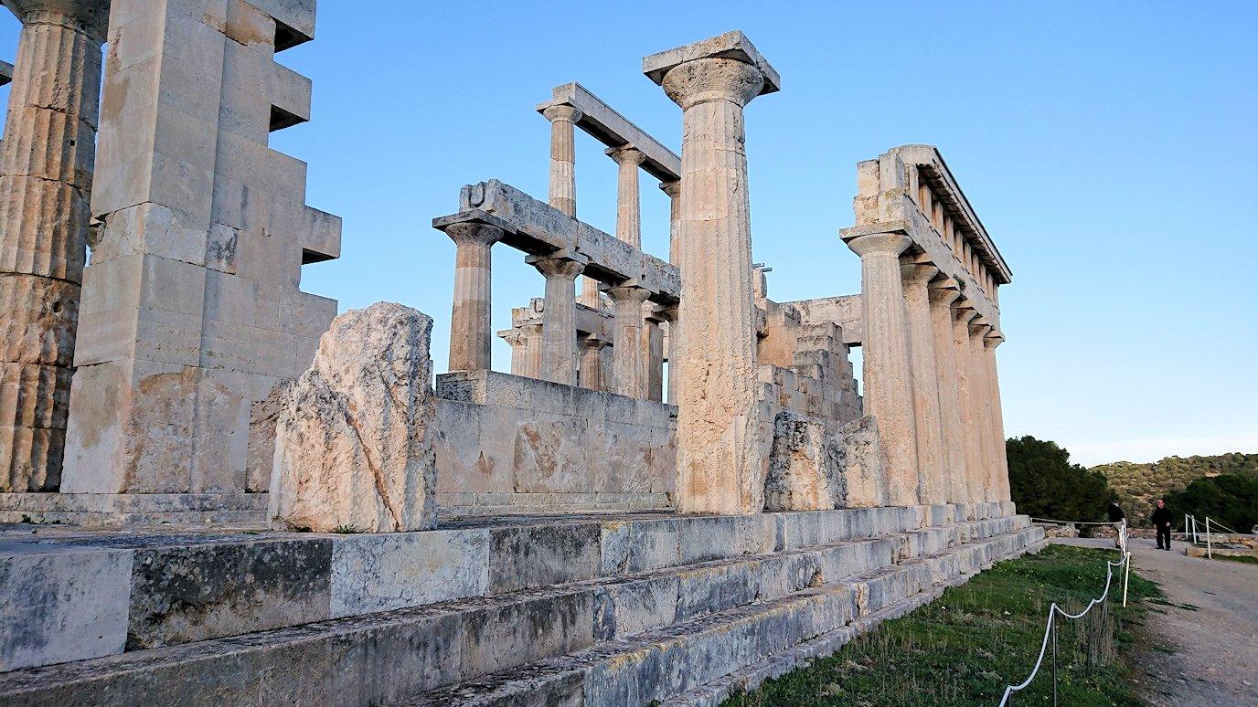 エギナ島のアフェア神殿を間近で記念撮影3