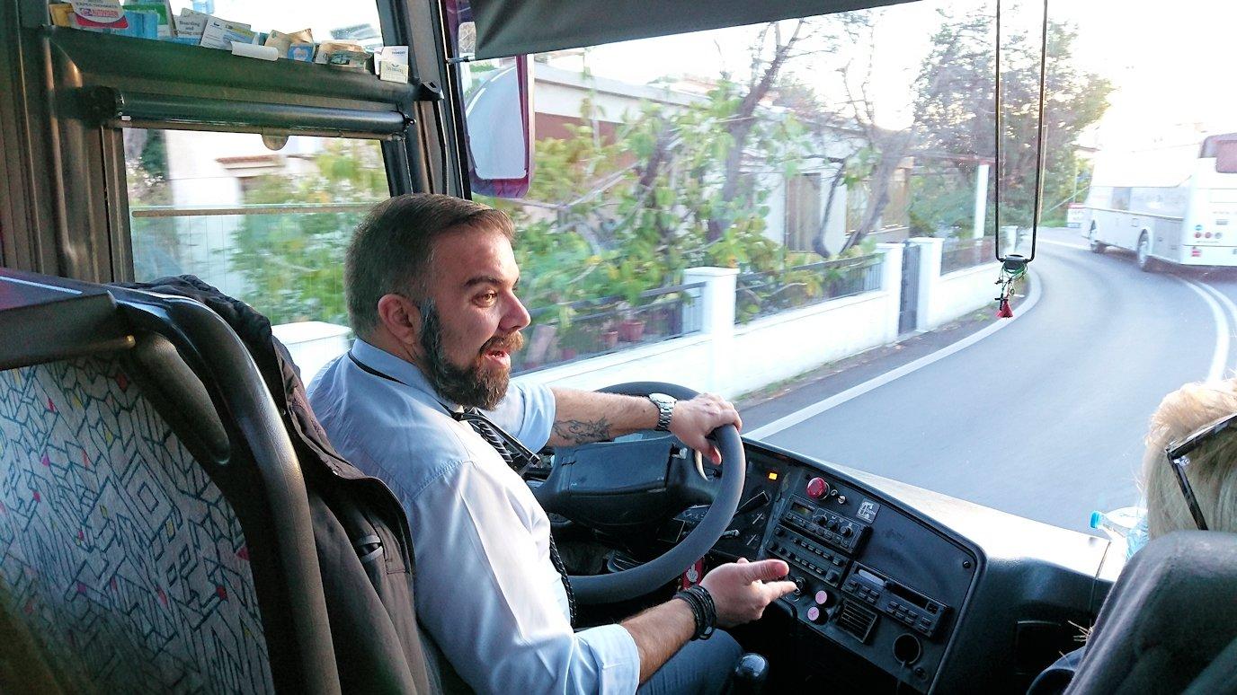 エギナ島のアフェア神殿から戻るバスの様子