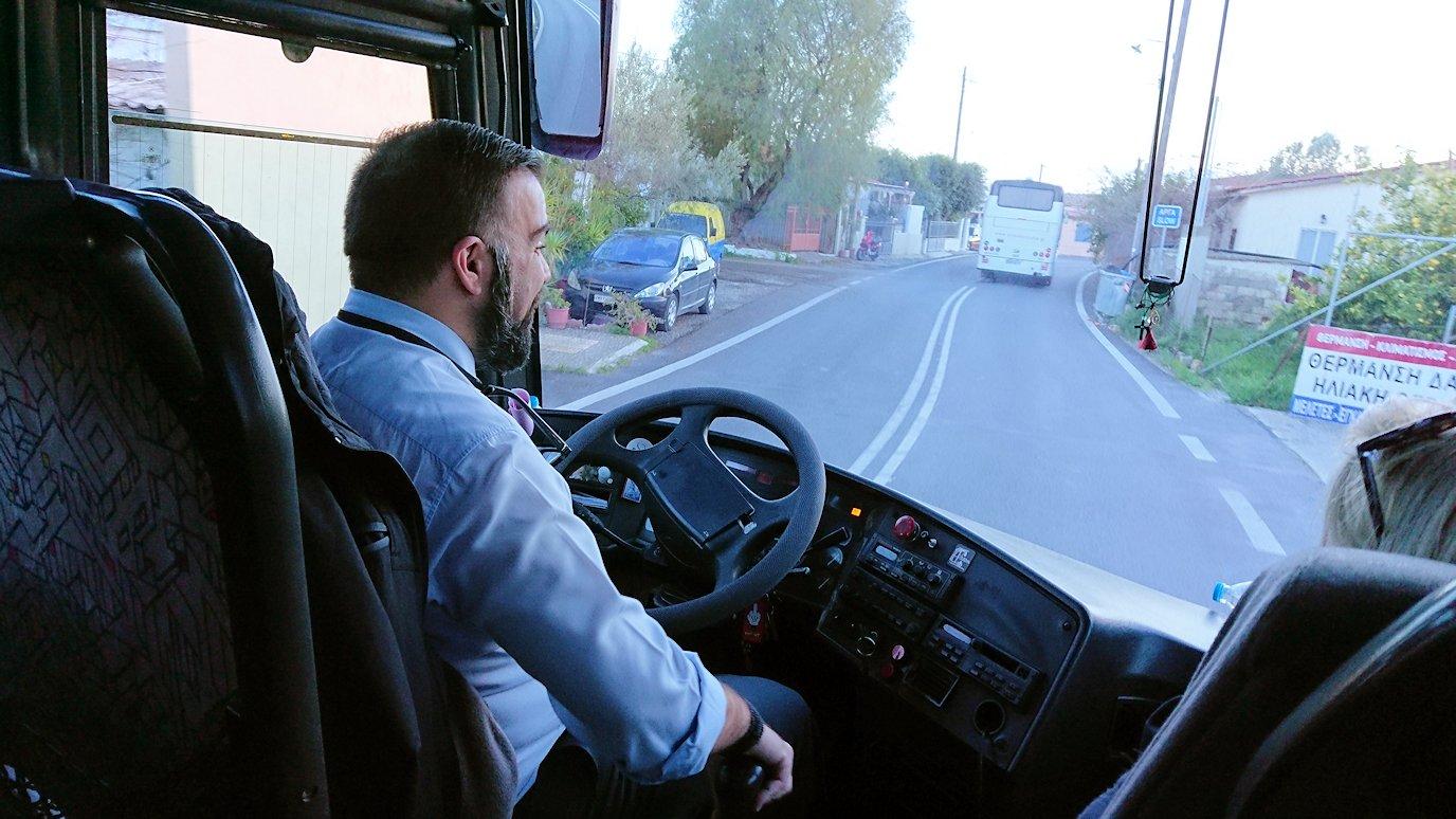 エギナ島のアフェア神殿から戻るバスの様子2