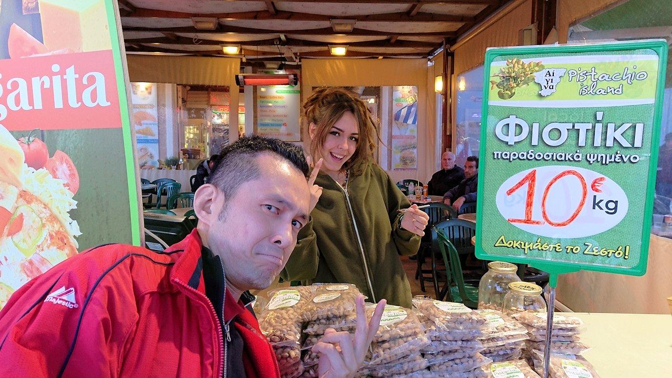 エギナ島のピスタチオの店で美人さんと記念撮影2