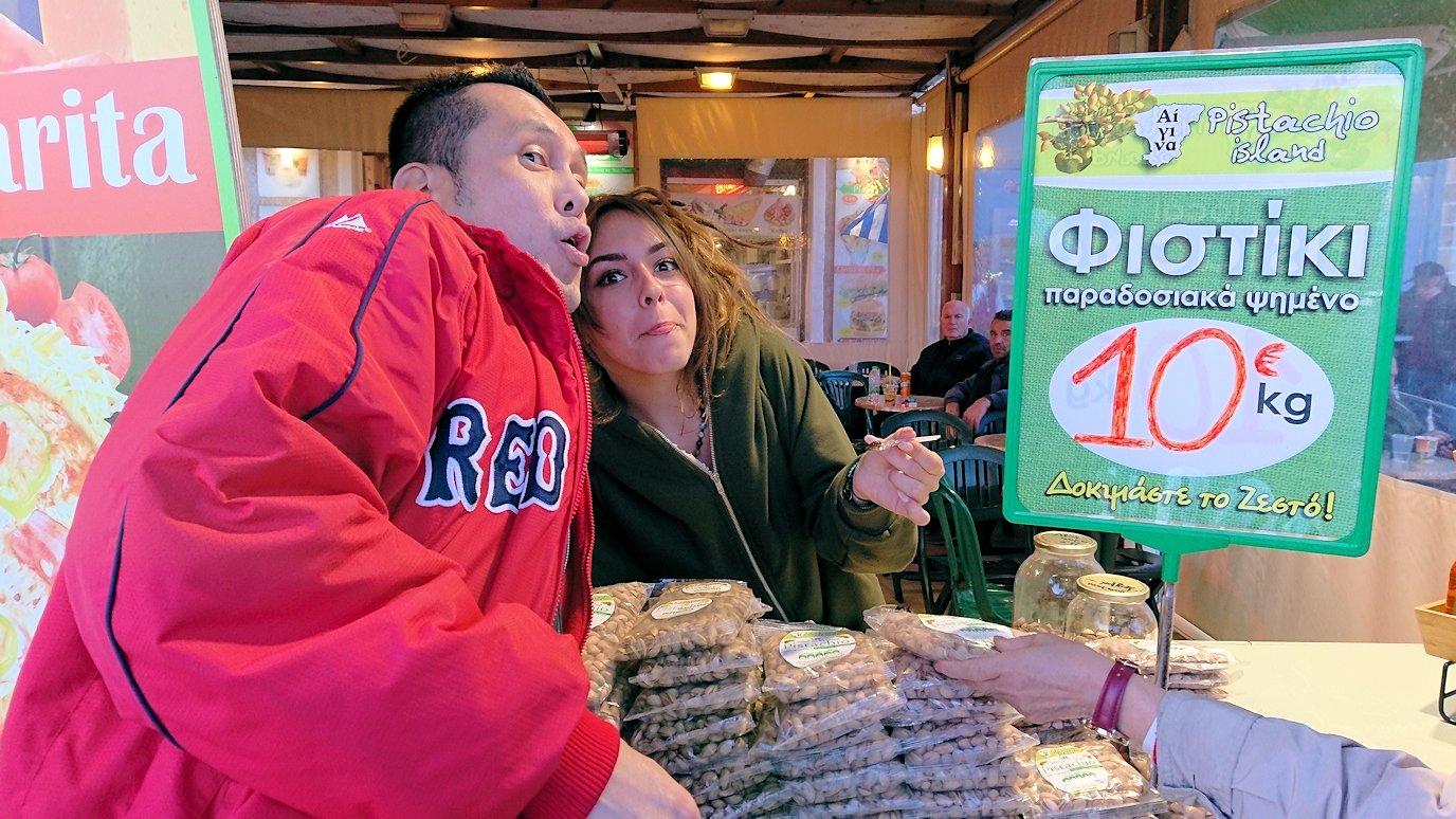 エギナ島のピスタチオの店で美人さんと記念撮影3