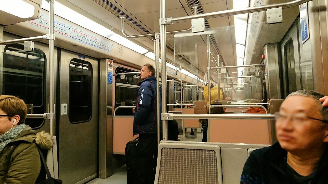 アテネの地下鉄でシンタグマ駅に向かう