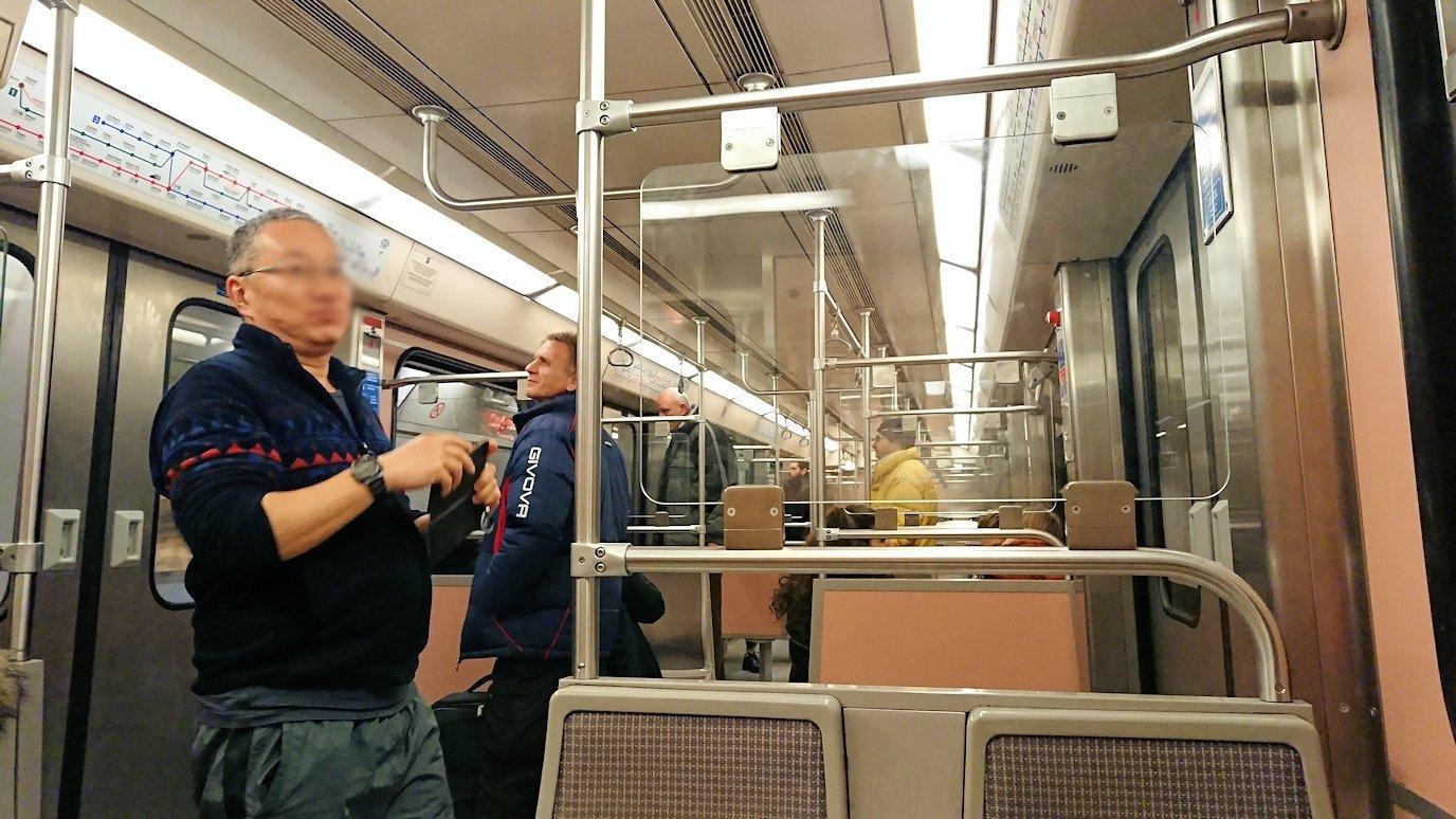 アテネの地下鉄でシンタグマ駅に向かう3