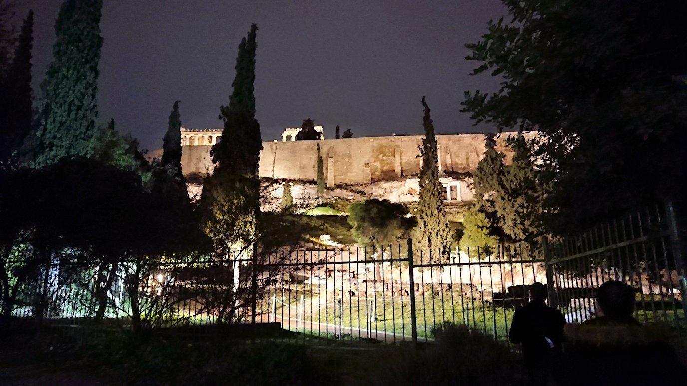 アテネの夜にパルテノン神殿を見上げる