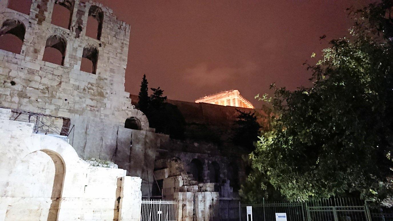 アテネの夜にパルテノン神殿を見上げる2