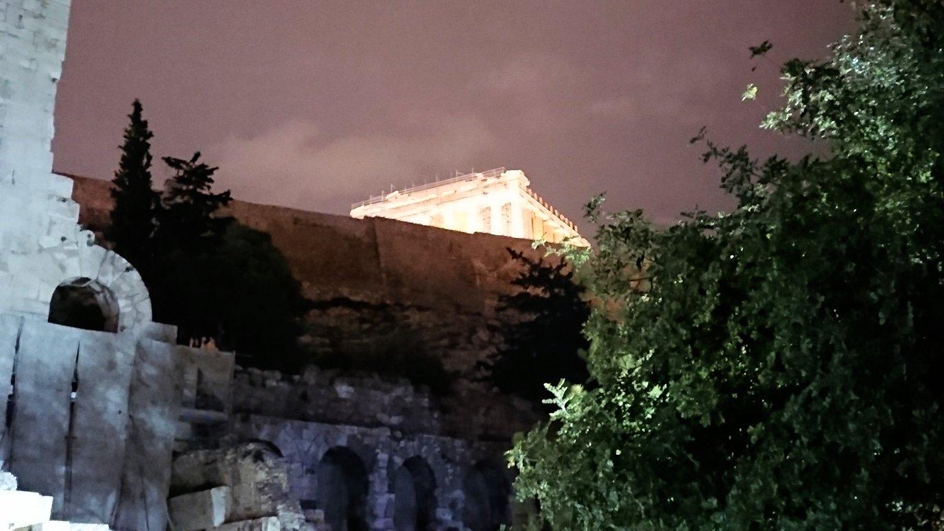 アテネの夜にパルテノン神殿近くの音楽堂を拝見3