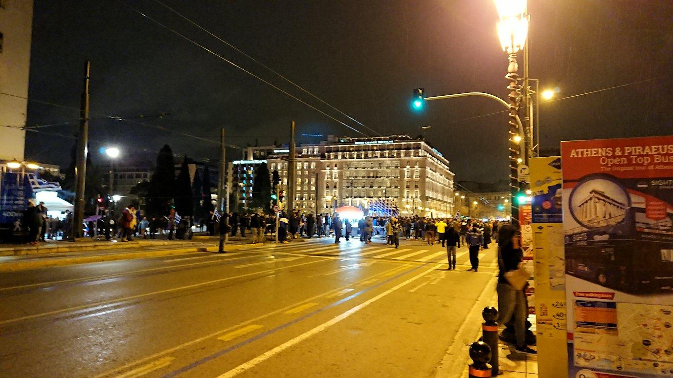 アテネの夜にシンタグマ広場付近を歩く